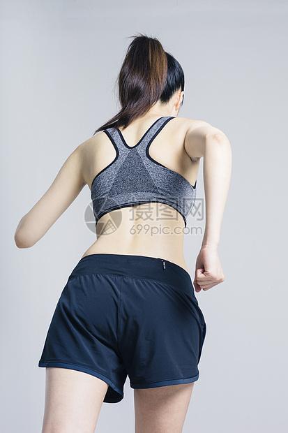 跑步健身的女性背影