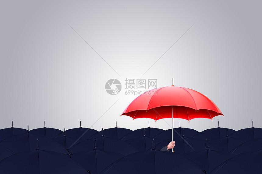 拿着红伞的商人图片