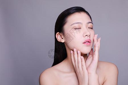 气质文静美女护肤动作人像图片
