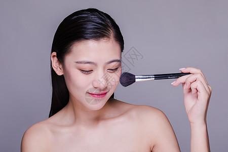 气质文静美女粉刷化妆人像图片