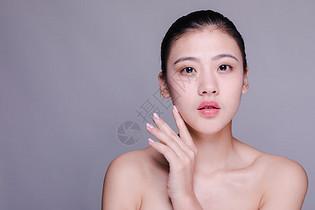 盘发美女水润护肤动作人像图片