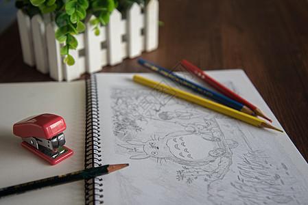 桌上的素描本图片