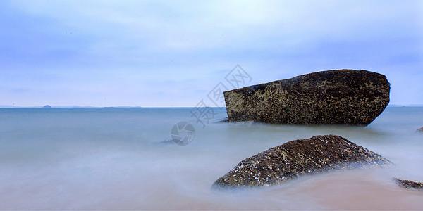 蓝天下的海滩图片