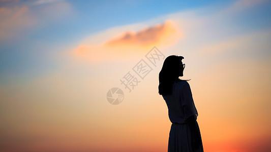 夕阳下的女性背影图片