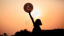 夕阳下的女性背影500661093图片