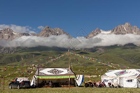 川西甘孜县雪山下的藏族帐篷图片
