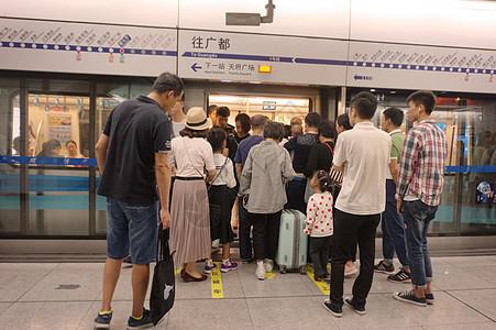 假日出行拥挤的地铁图片