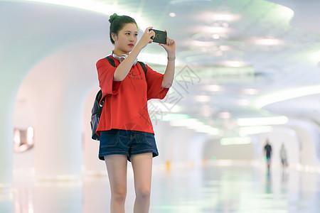 城市旅行拍照女孩图片