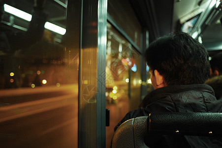 公交车上的忧愁图片