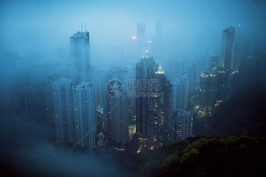 山顶上俯瞰城市建筑图片