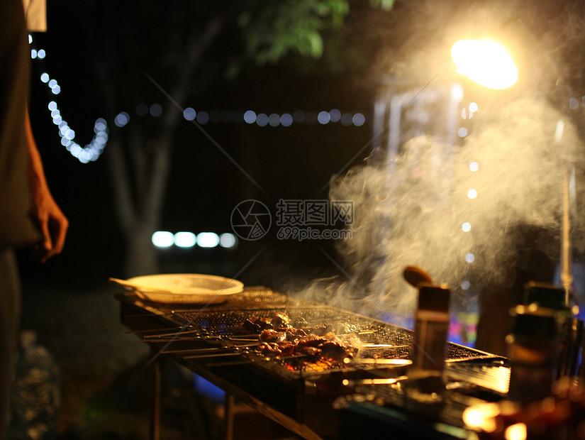 夜晚活动烧烤图片
