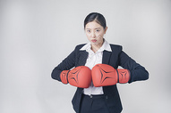 打拳击的职场女性图片