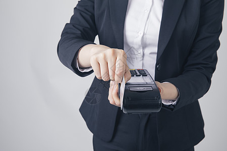 刷pos机的商务女性特写图片