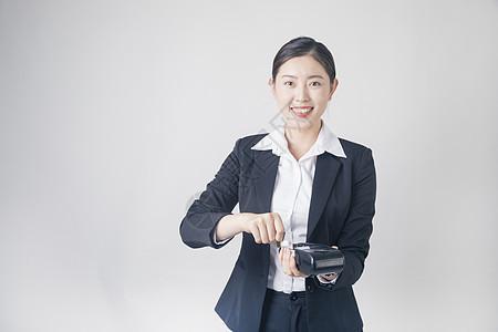 刷pos机的商务女性图片