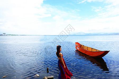 云南大理下关洱海边的女孩图片