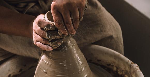 陶艺人在拉胚图片