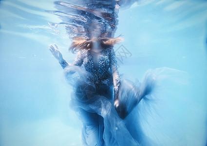 女孩水下摄影图片