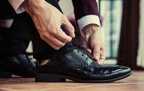 商务男士系鞋带图片