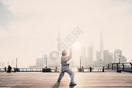 上海早晨晨练打拳的女性图片
