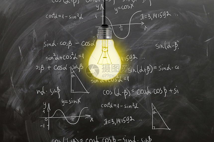 照亮黑板上知识的灯泡图片