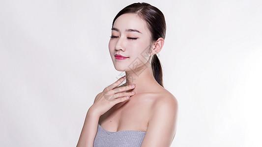 女子颈部正面展示图片