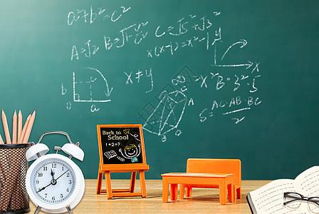 讲桌和黑板上的考试成绩图片
