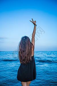 海边美女背影图片