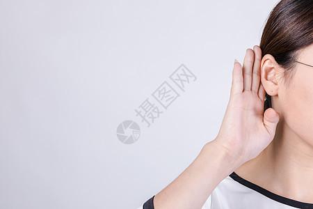 职业女性倾听动作特写图片