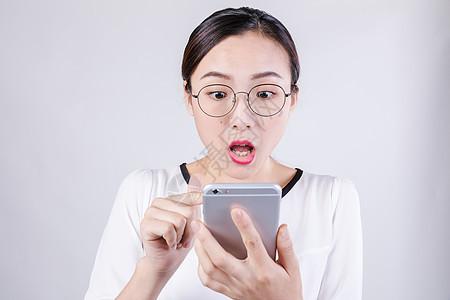 职业女性看手机惊讶棚拍图片