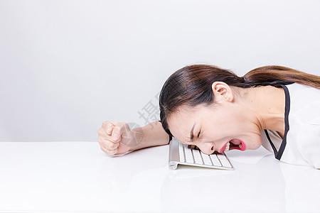 职业女性靠键盘上呐喊棚拍图片