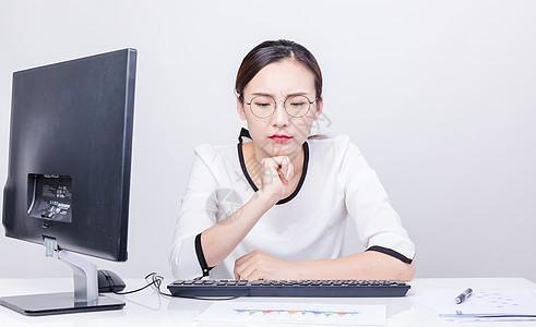 职业女性思考办公棚拍图片