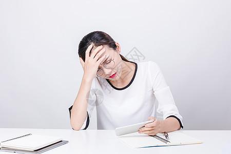 职业女性看手机找灵感棚拍图片
