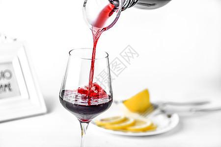 倒红酒图片