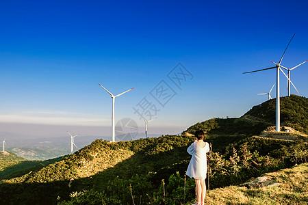 山顶看风景的少女背影图片