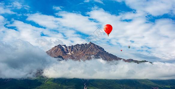 山峰云雾国旗图片