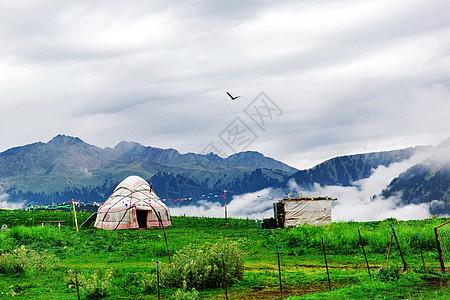 云雾缭绕的清晨中的小屋图片