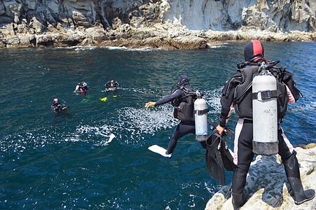 韩国济州岛深海潜水前准备跳跃图片