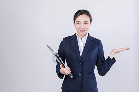 职业女性抱电脑欢迎棚拍图片