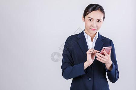 职业女性拿手机点击动作棚拍图片