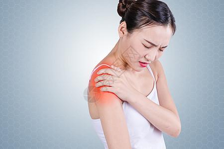 患有肩部疼痛的女性图片