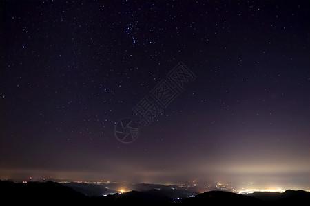 山上的夜景星空点点图片