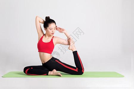 年轻女性瑜伽垫上做瑜伽图片