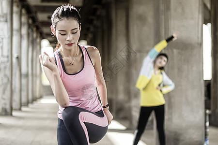 两名女子运动准备动作图片