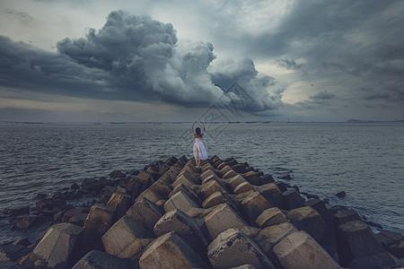海边旅行背影图片