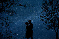 星空下拥吻的情侣图片