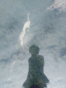玻璃桥上的人儿图片