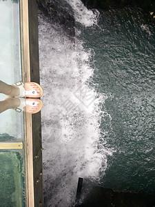脚下瀑布图片