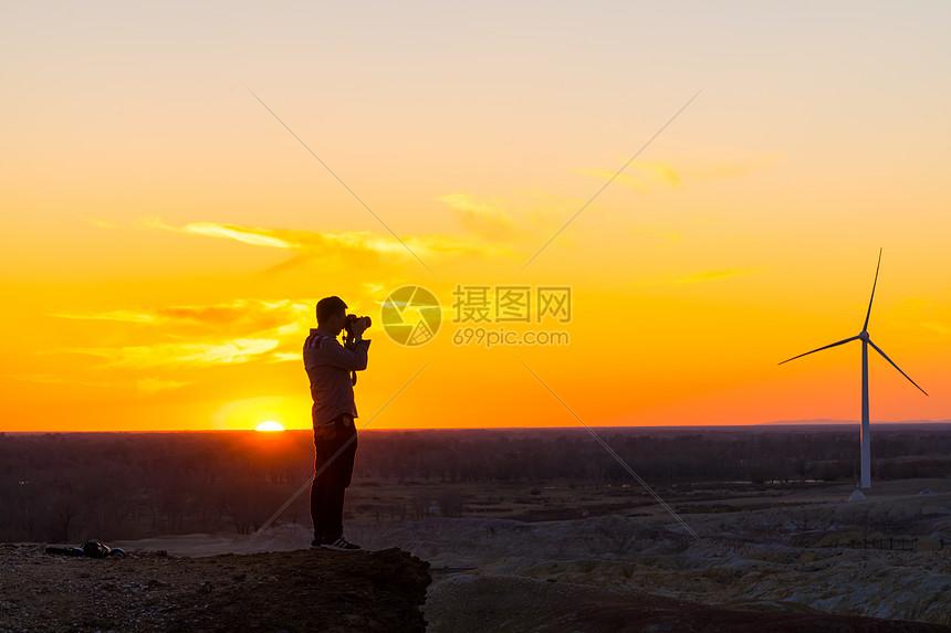 新疆克拉玛依草原上的摄影人图片