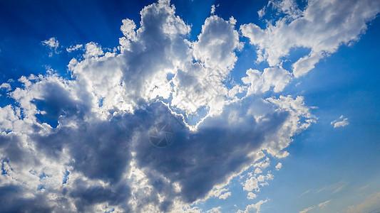 天空中的双心云图片