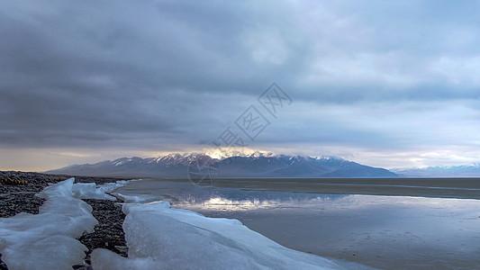 新疆冰封中的赛里木湖图片